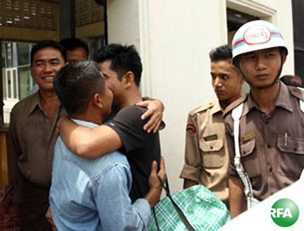 သမ္မတရဲ့ လွတ်ငြိမ်းချမ်းသာခွင့်အမိန့်နဲ့ အင်းစိန်ထောင်က လွတ်မြောက်လာတဲ့ နိုင်ငံရေး အကျဉ်းသားတွေကို လာကြိုသူများနဲ့အတူ တွေ့ရစဉ်