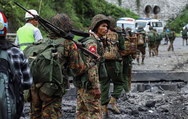 သြဂုတ်လ ၁၅ ရက်နေ့က ပြင်ဦးလွင် တပ်မတော်နည်းပညာတက္ကသိုလ်နဲ့ နောင်ချိုစစ်ဆေးရေးဂိတ်ကို မြောက်ပိုင်းမဟာမိတ်သုံးဖွဲ့က တိုက်ခိုက်ခဲ့အပြီးတွေ့ရသော မြန်မာ့တပ်မတော်သားများ။