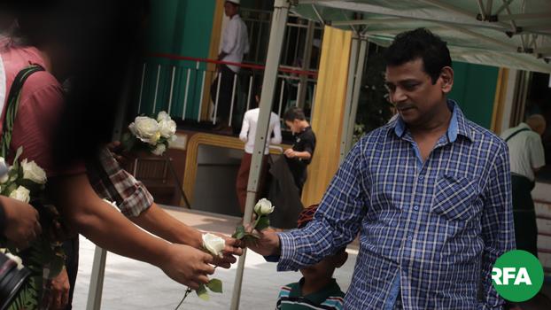 ယာယီဝတ်ပြုဆောင်ပိတ်သိမ်းခံတာကို ငြိမ်းချမ်းရေးလိုလားသူတွေက ကန့်ကွက်တဲ့အနေနဲ့ ၂ဝ၁၉ ခုနှစ် မေလ ၁၇ ရက်နေ့က ရန်ကုန်မြို့မှာ  နှင်းဆီဖြူလှုပ်ရှားမှု ပြုလုပ်ခဲ့စဉ်