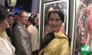"""ရန်ကုန်မြို့ အင်းလျားလိတ်ဟိုတယ်မှာ စက်တင်ဘာလ ၂၈ ရက်နေ့ကပြသတဲ့ အမေရိကန်ဓါတ်ပုံဆရာ Richard K. Diran ရဲ့  """"The Vanishing Tribes of Burma"""" ဓာတ်ပုံပြပွဲကို လာရောက်ကြည့်ရှုနေသော ဒေါ်အောင်ဆန်းစုကြည်ကို တွေ့ရစဉ်"""