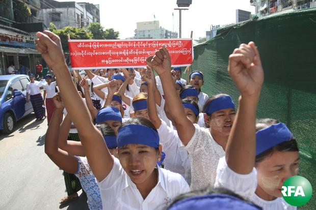 ထိပ်တန်းမြန်မာအထည်ချုပ်စက်ရုံက အလုပ်သမား ၂ဝဝ ကျော်ဟာ လုပ်ခလစာ အပြည့်မရရှိတာကြောင့် ဇန်နဝါရီလ ၇ ရက်နေ့က လမ်းလျှောက်ဆန္ဒပြကြစဉ်