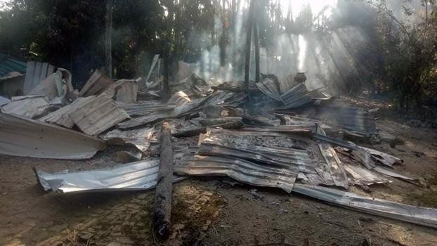 ရခိုင်ပြည်နယ် ကျောက်တော်မြို့နယ် ဘုရားပေါင်းကျေးရွာတွင် မီးရှို့ခံရထားရသည့် နေအိမ်များကို တွေ့ရစဉ်။