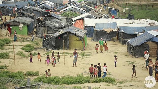 ဘင်္ဂလားဒေ့ရှ်-မြန်မာ နယ်စပ်ခြံစည်းရိုးနားမှာ တဲထိုးပြီးနေနေတဲ့ မွတ်စလင်တွေကို တွေ့ရစဉ်