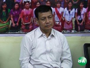 ရန်ကုန်မြို့ မြန်မာဂျာနယ်လစ်ကွန်ရက်ရုံးခန်းမှာ အောက်တို ဘာလ ၂၁ ရက်နေ့ကကျင်းပတဲ့ သတင်းစာရှင်းလင်းပွဲ မှာ ပြည်ထောင်စုဝန်ကြီး ဦးရဲထွဋ်ကို တွေ့ရစဉ်