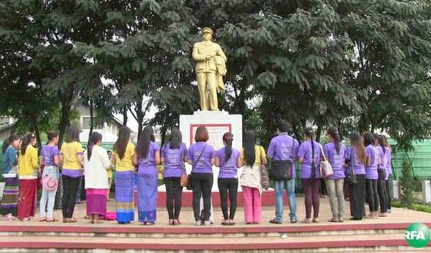 အမျိုးသမီးတွေကို အကြမ်းဖက်မှု ပပျောက်ဖို့အတွက် တောင်ကြီးမြို့ ဗိုလ်ချုပ်ကြေးရုပ်မှာ ဒီဇင်ဘာလ ၂ ရက်နေ့က အမျိုးသမီးအဖွဲ့အစည်းတွေ ငြိမ်းချမ်းရေးဆုတောင်းကြစဉ်
