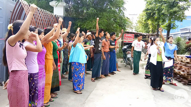 ပြည်ကြီးတံခွန်မြို့နယ်၊ မြန်မာမေကောင်း သစ်အချောထည်စက်ရုံက အလုပ်သမားတွေ ၂၀၁၈၊ သြဂုတ်လ ၁ ရက်နေ့က ဆန္ဒပြတောင်းဆိုကြစဉ်
