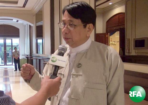 ့ပြန်ကြားရေးဝန်ကြီး ဦးဖေမြင့်ကို မေလ ၃ ရက်နေ့က ရန်ကုန်မြို့ Chatrium Hotel မှာ ကျင်းပတဲ့ ကမ္ဘာ့စာနယ်ဇင်း လွတ်လပ်ခွင့်နေ့ ဆွေးနွေးပွဲတွင် တွေ့ရစဉ်