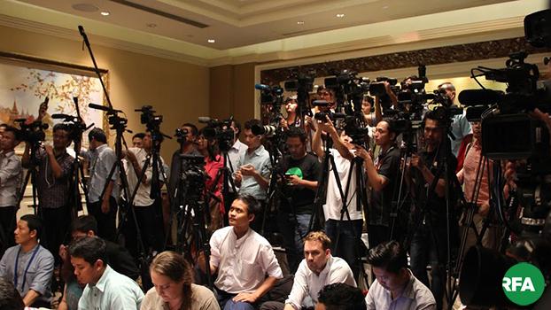 သတင်းယူနေတဲ့ မီဒီယာသမားတွေကို တွေ့ရစဉ်