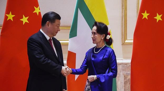 တရုတ်သမ္မတရှီကျင့်ဖျင်နဲ့ နိုင်ငံတော်အတိုင်ပင်ခံပုဂ္ဂိုလ်ဒေါ်အောင်ဆန်းစုကြည်တို့ ၂ဝ၂ဝ ပြည့်နှစ် ဇန်နဝါရီ ၁၇ ရက်နေ့က နေပြည်တော်တွင် တွေ့ဆုံကြစဉ်။
