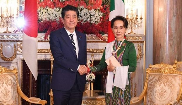 ဂျပန်ဝန်ကြီးချုပ် Shinzo  Abe နဲ့ နိုင်ငံတော်အတိုင်ပင်ခံပုဂ္ဂိုလ် ဒေါ်အောင်ဆန်းစုကြည်တို့ ၂ဝ၁၉  အောက်တိုဘာ ၂၁ ရက်နေ့က ဂျပန်နိုင်ငံတွင် တွေ့ဆုံကြစဉ်။