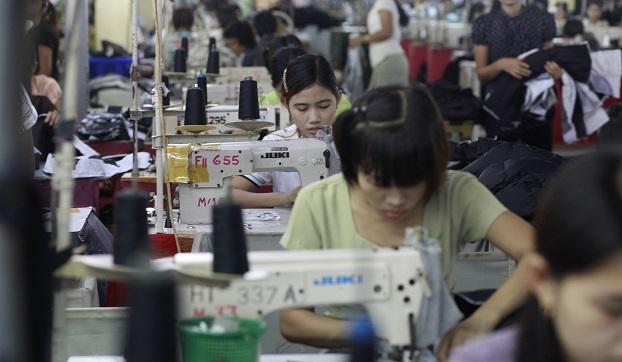 ရန်ကုန်မြို့က အထည်ချုပ်စက်ရုံ အလုပ်ခွင်မြင်ကွင်းတစ်ခု။
