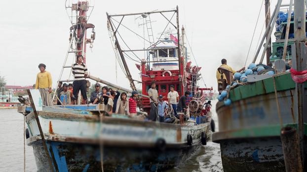 ထိုင်းနိုင်ငံ၊ ငါးဖမ်းလှေတစ်စီးပေါ်က ရေလုပ်သားတွေကို တွေ့ရစဉ်