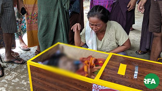 တပ်မတော်ကဖမ်းဆီးစစ်ဆေးခံရပြီးနောက် ၂၀၁၉၊ ဇူလိုင် ၁ ရက်နေ့က သေဆုံးခဲ့တဲ့ မြောက်ဦးမြို့နယ် ရွှေထွန်းဖြူကျေးရွာက ကိုဇော်ဝင်းလှိုင်ရဲ့ ရုပ်အလောင်းနဲ့ သူ့မိခင်ကို တွေ့ရစဉ်