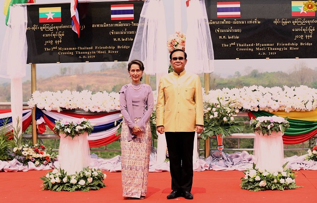 ထိုင်း-မြန်မာ ချစ်ကြည်ရေးတံတား အမှတ်-၂ ဖွင့်ပွဲအခမ်းအနားတွင် တွေ့ရသော နိုင်ငံတော်အတိုင်ပင်ခံပုဂ္ဂိုလ် ဒေါ်အောင်ဆန်းစုကြည်နှင့် ထိုင်းဝန်ကြီးချုပ် ပရာယွတ် ချန်အိုချာ။