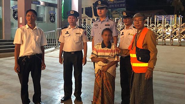 တရုတ်နိုင်ငံသို့ လူကုန်ကူးခံခဲ့ရတဲ့ အမျိုးသမီးကို နိုဝင်ဘာလ ၁ ရက်နေ့က မူဆယ်မြို့တွင် မြန်မာဘက်သို့ လွှဲပြောင်းပေးစဉ်။